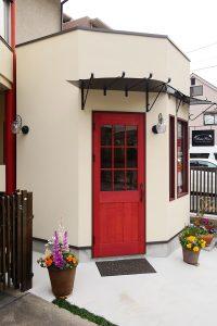 赤い扉が特徴のアトリエショップ