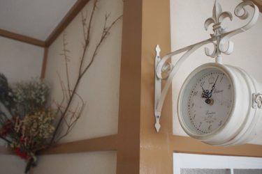 ハンギング時計と枝を使って演出したグリーン