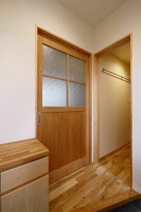 玄関からリビングに入るドアとシューズクロゼット
