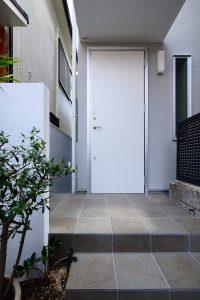 グレーの外観と白い扉