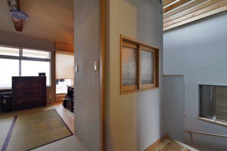 廊下から見た寝室とワークスペースの小窓