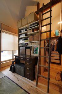 寝室とウォークインクロゼットの間に設けた可動棚とデスク