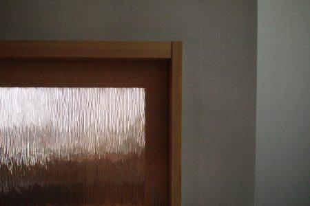 寝室のワークスペース前に子ども部屋が見える小窓。装飾ガラスを入れています。