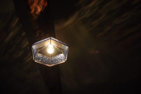 古い家で使われていたガラスを使ってステンドグラス照明を製作