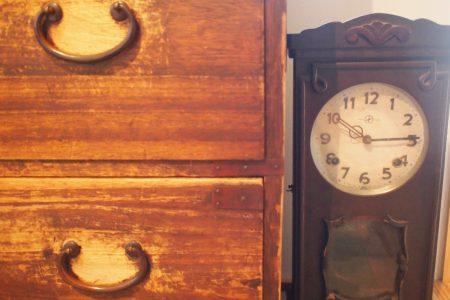 古い箪笥や時計が馴染む寝室