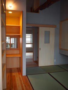 畳スペースの横にはミシンなどを使うためのワークスペース