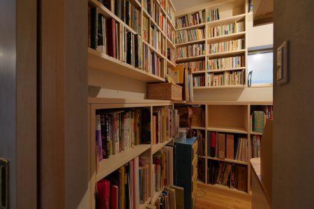 廊下から入って右手、本の間の中央にデスクスペース