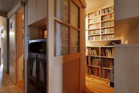 リビングの隣に本の間