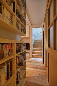 上部に文庫などが入る浅いOPEN棚があります