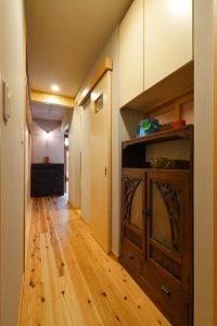お手持ちの古い家具をジャストフィットにおさめ、小窓で本の間とつながる廊下