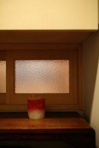 廊下と本の間の間にある小窓は古い家のガラスを使用