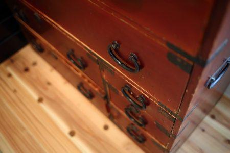 和室に置かれた古い箪笥