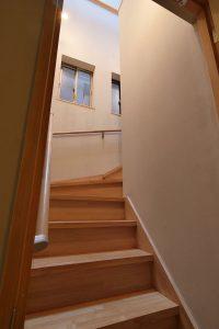 以前は暗かった階段が明るく利用しやすくなりました