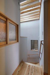 デスクスペースの正面、装飾ガラス入りの小窓が廊下に面しています