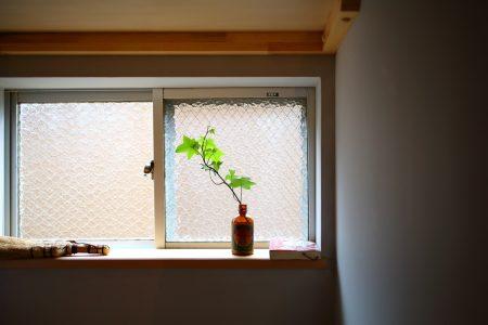 トイレの窓にグリーンを飾って
